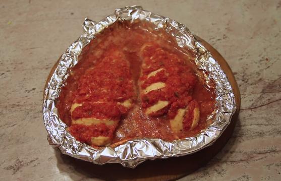 Домашний рецепт запеченной куриной грудки с томатами и болгарским перцем